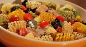 Receita de Massa Radiatori com tomate, azeitonas e molho de rúcula