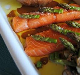 Receita de Salmao com verduras e pontas de espargos