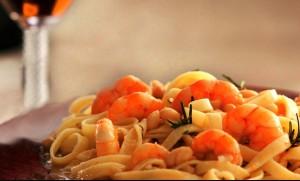 Receita de Salada de Tagliatelle com fruta e camarão