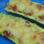 salsicha envolvida em courgettes gratinadas