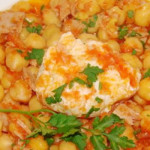 atum e grao com ovos mergulhados em molho de tomate