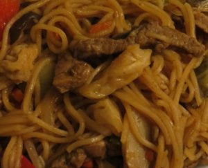 tirinhas de vaca com massa noodles