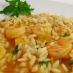peixe e marisco mergulhados em arroz maravilha