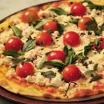 pizza caseira com tomate cereja queijo e chouriço