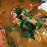 mista deliciosa de tamboril e camarao mergulhado em caldo de arroz