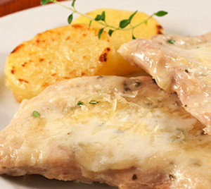 bifes de frango com molho de iogurte e batatas salteadas