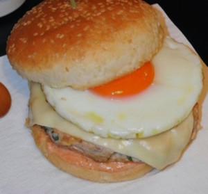 hamburger no pao com ovo a cavalo