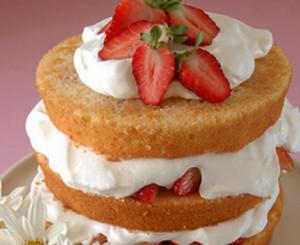 bolo em camadas com framboesa e mirtilos