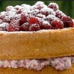 bolo de natas recheado com framboesas