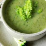 sopa de broculos com nozes e queijo de cabra